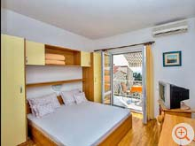 The holiday home Koralj offers a balcony with a view of the Adriadic Sea.