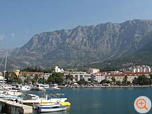 Makarska und das Biokovo Gebirge von der Halbinsel Sv. Petar aus gesehen.